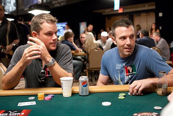 matt damon (left) snd ben affleck (right) playing blackjack